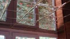 Укладаємо дзеркальну плитку на гіпсокартон на стелі