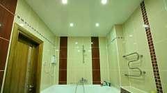 Вибір натяжної стелі в ванну кімнату: поради, особливості, дизайн